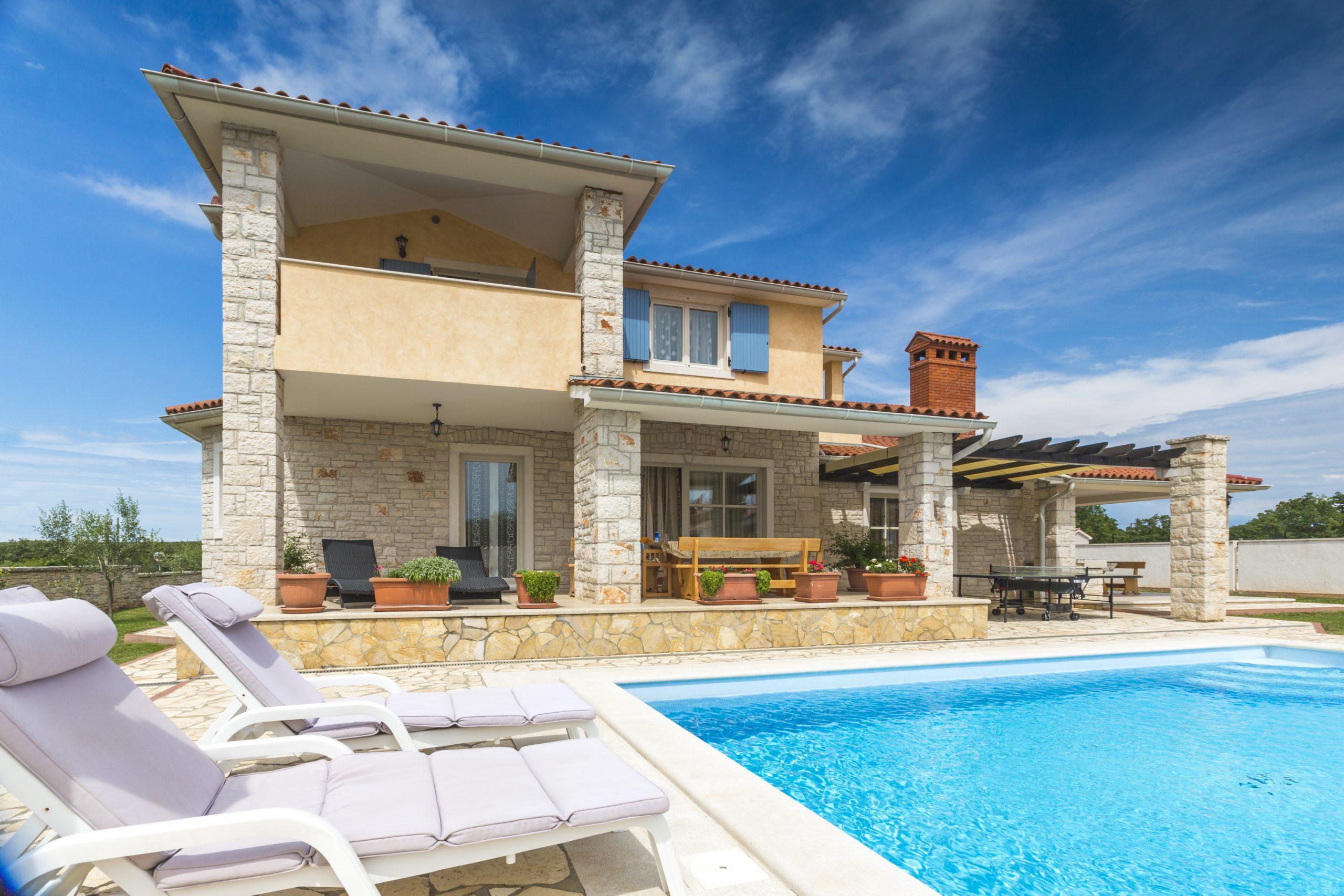 Dom wakacyjny we Włoszech z basenem, licencja: shutterstock, by moreimages